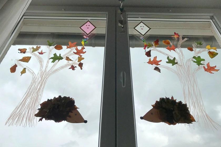 Herbst Basteln Fensterbaum mit echten Blaettern
