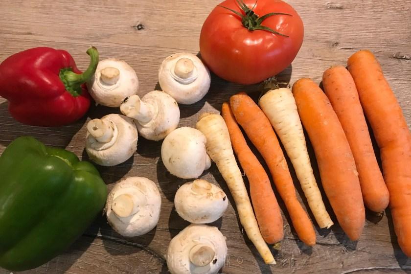 Gemuese fuer vegetarisches Curry vorbereiten