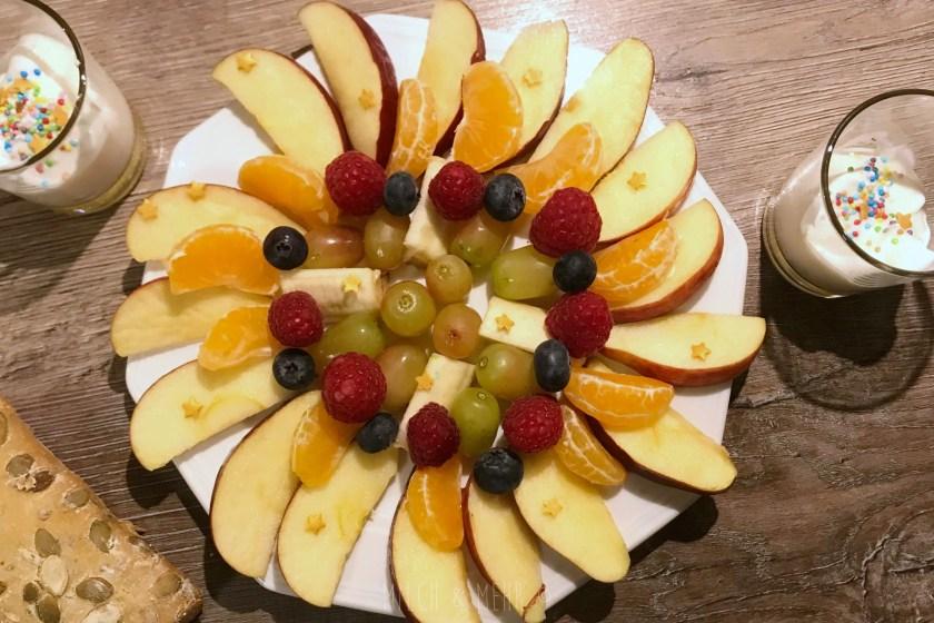 Wochenendfruehstueck im Advent glitzernder Obstteller
