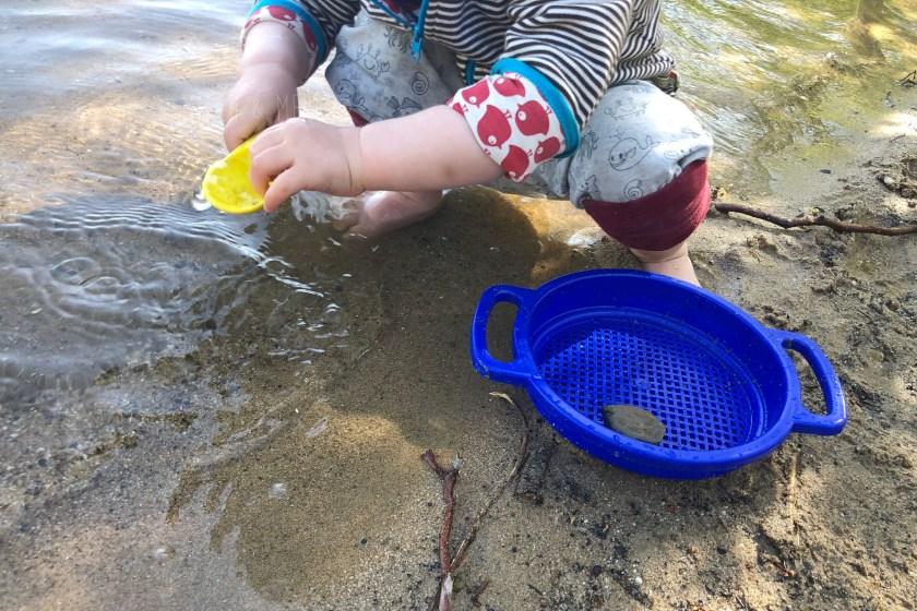 Glueckliche Kinder am See