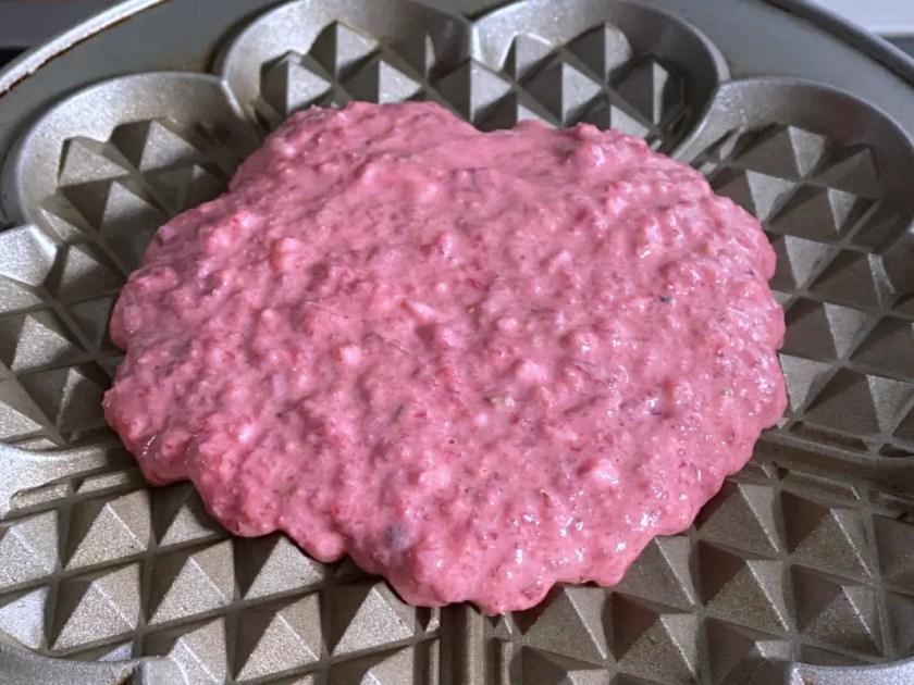 Pinker Waffelteig mit Gemuese