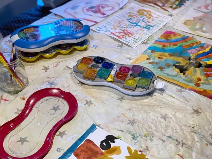 Wasserfarbe Malen mit drei kleinen Kindern