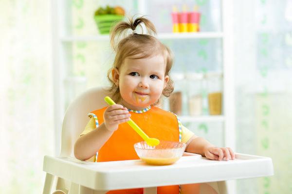 bebê comer sozinho