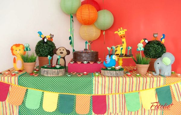 Uma mesa decorada com o kit Bichos da Floresta