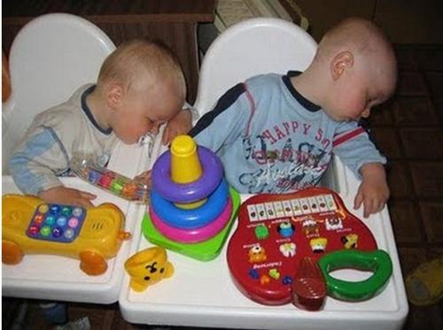Irmãos que dormem juntos... Dão sossego para a mãe!