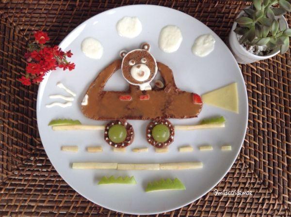Panqueca de chocolate, doce de leite, iogurte, morango, uva, maçã verde e queijo!