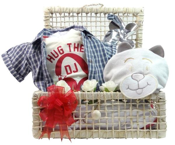 Kit Descolado e Moderninho: bermuda, camiseta e camisa xadrez estão em uma só peça para garantir o conforto do bebê. Também vem com uma toalha com capuz