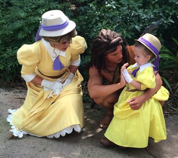 Com o vestido de Jane, personagem de Tarzan