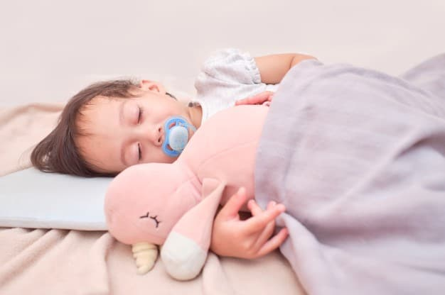 bebê dormindo de chupeta