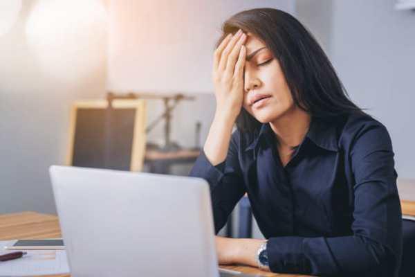 mulher sentindo dor de cabeça