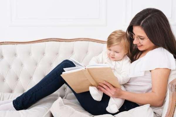 mãe lendo com o bebê