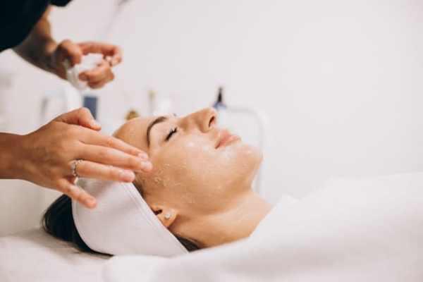 mulher fazendo esfoliação no rosto