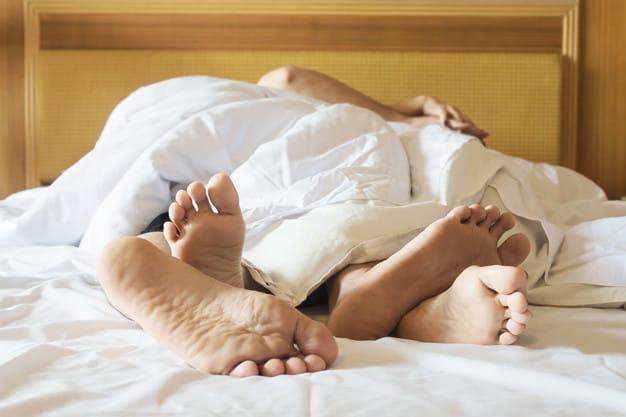 homem e mulher na cama