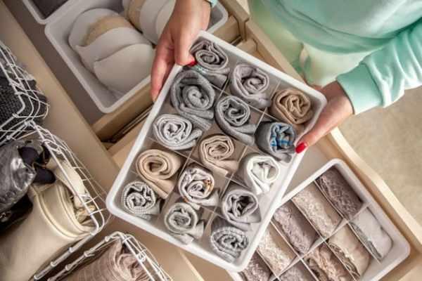mulher organizando o guarda-roupa