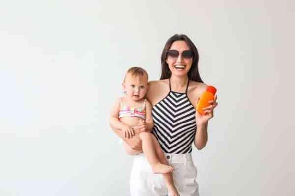 Mãe e filha com protetor solar