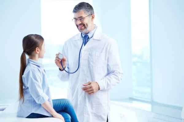 médico examinando criança