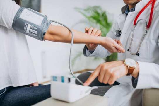 médico aferindo a pressão arterial