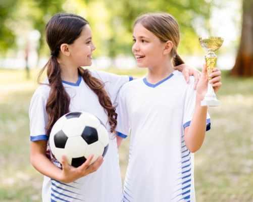 meninas jogadoras de futebol conversando