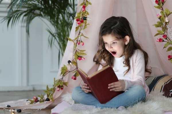 menina lendo livro