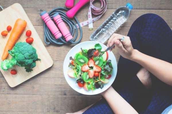 mulher fazendo alimentação saudável