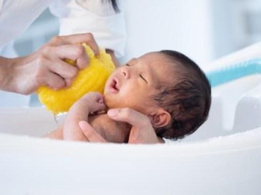 recém-nascido tomando banho