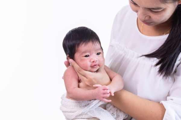posição para colocar bebê para arrotar sentado
