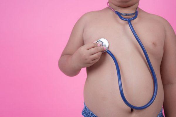 Criança acima do peso no médico