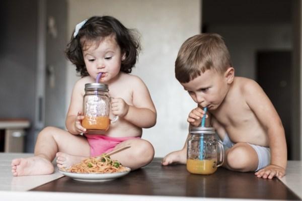 bebê bebendo suco