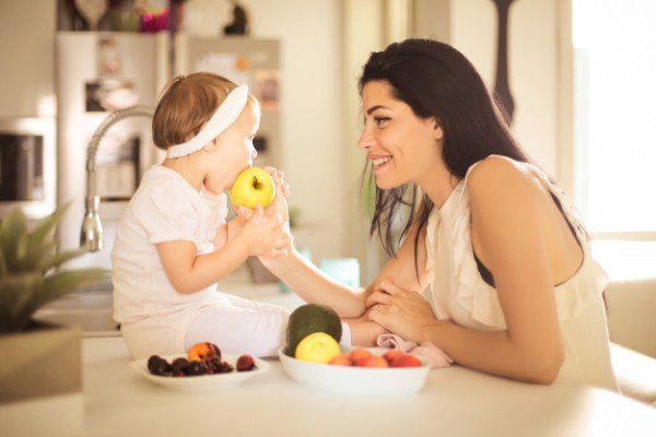 bebê comendo maçã