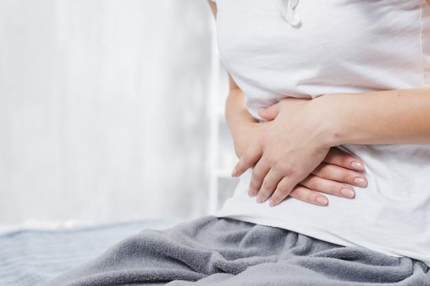Os efeitos colaterais na gravidez, mulher com mão na barriga