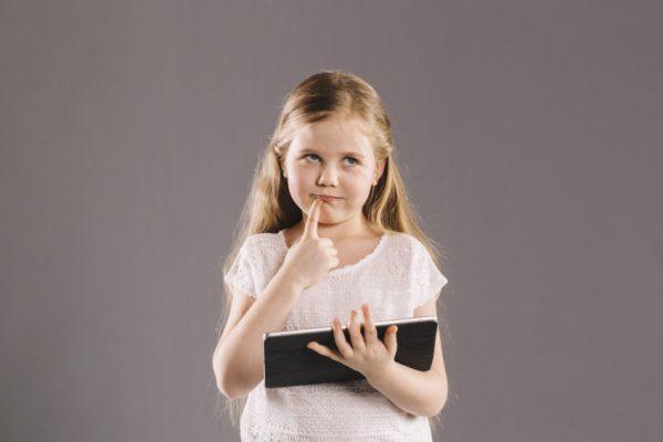 criança menina com tablet tecnologia