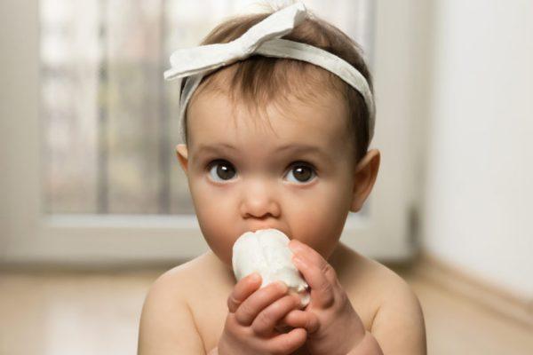 criança comendo marshmallow em teste de autocontrole