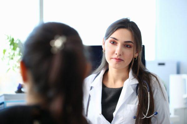 paciente com problema hormonal em consulta médica