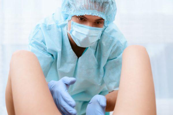 Médico obstetra em trabalho de parto gravidez