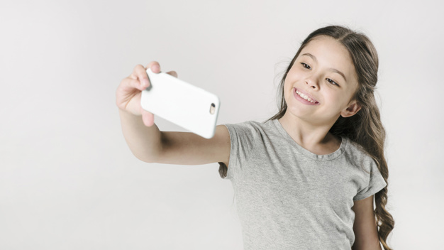 Menina tirando selfie. Foto: Freepik