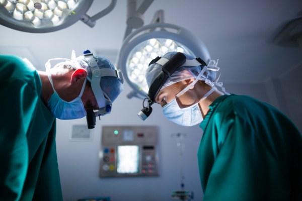 médicos em cirurgia