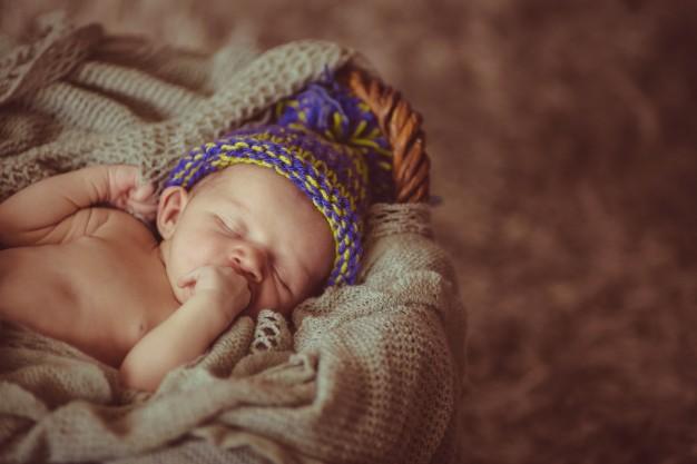 Bebê recém nascido dormindo