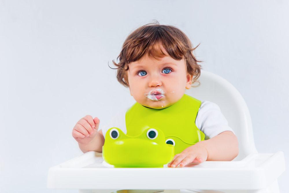 Criança comendo sobrepeso