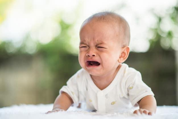 bebê com dor de barriga chorando