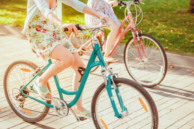 Mulheres grávidas andando de bicicleta