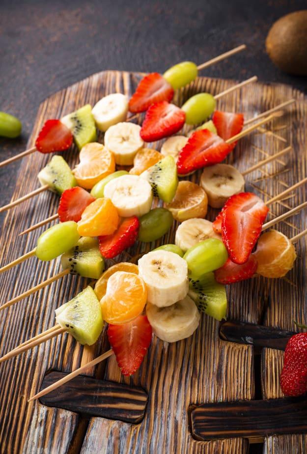 Espetos com frutas coloridas para chá de bebê