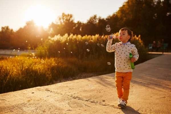 criança de 5 anos com bolinhas de sabão