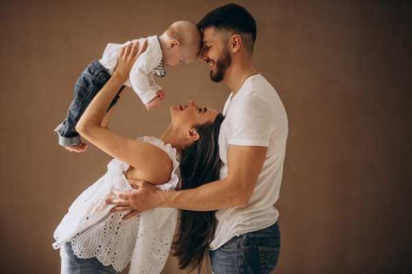 ensaio fotográfico de bebês com a mamãe e o papai