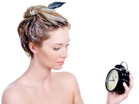 Mulher pintando cabelo