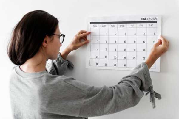 Mulher segurando calendário