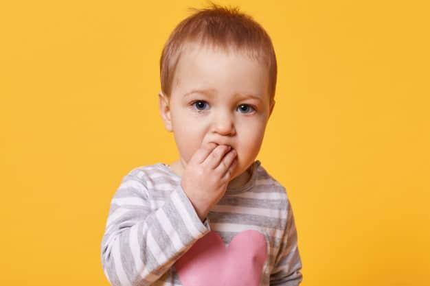 criança chupando o dedo