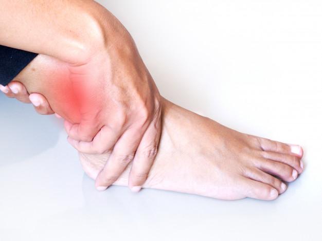 tornozelos inchados