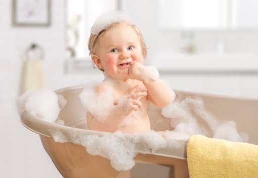 bebê tomando banho na banheira