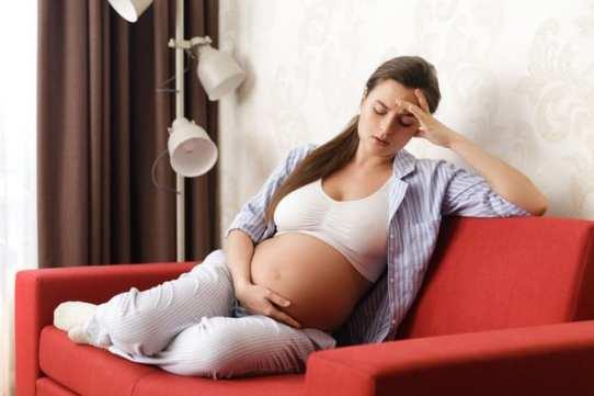 gestante no sofá com prisão de ventre