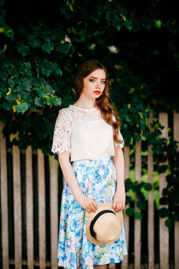 mulher com saia florida